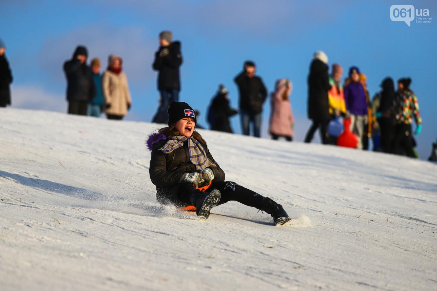 На санках, лыжах и сноуборде: запорожцы устроили массовое катание с горок в Вознесеновском парке, - ФОТОРЕПОРТАЖ, фото-48