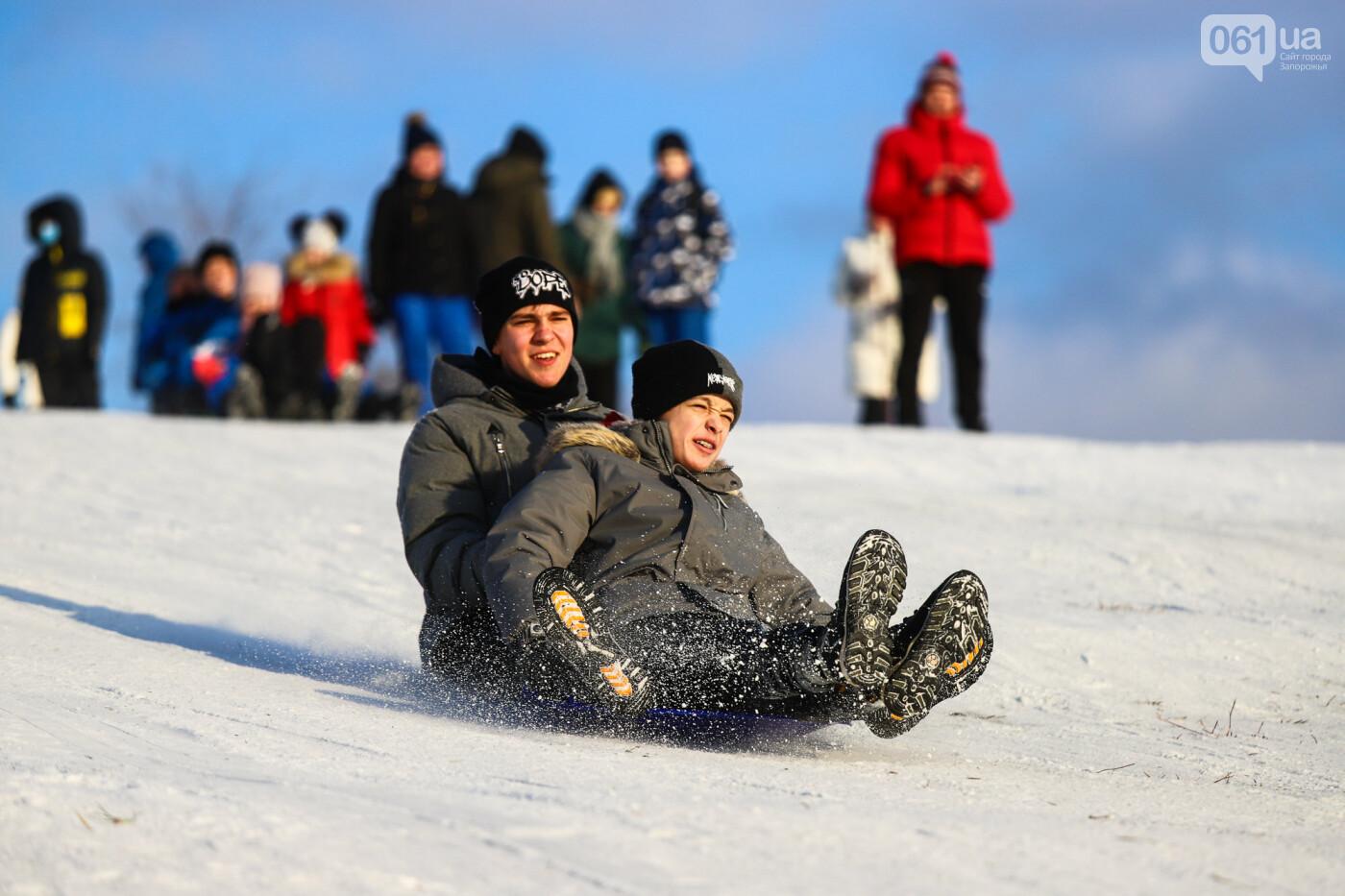 На санках, лыжах и сноуборде: запорожцы устроили массовое катание с горок в Вознесеновском парке, - ФОТОРЕПОРТАЖ, фото-49