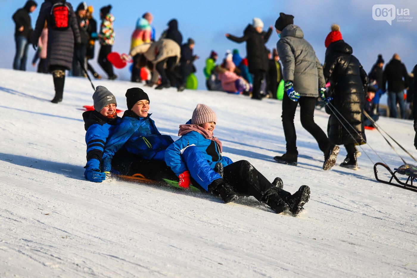На санках, лыжах и сноуборде: запорожцы устроили массовое катание с горок в Вознесеновском парке, - ФОТОРЕПОРТАЖ, фото-50