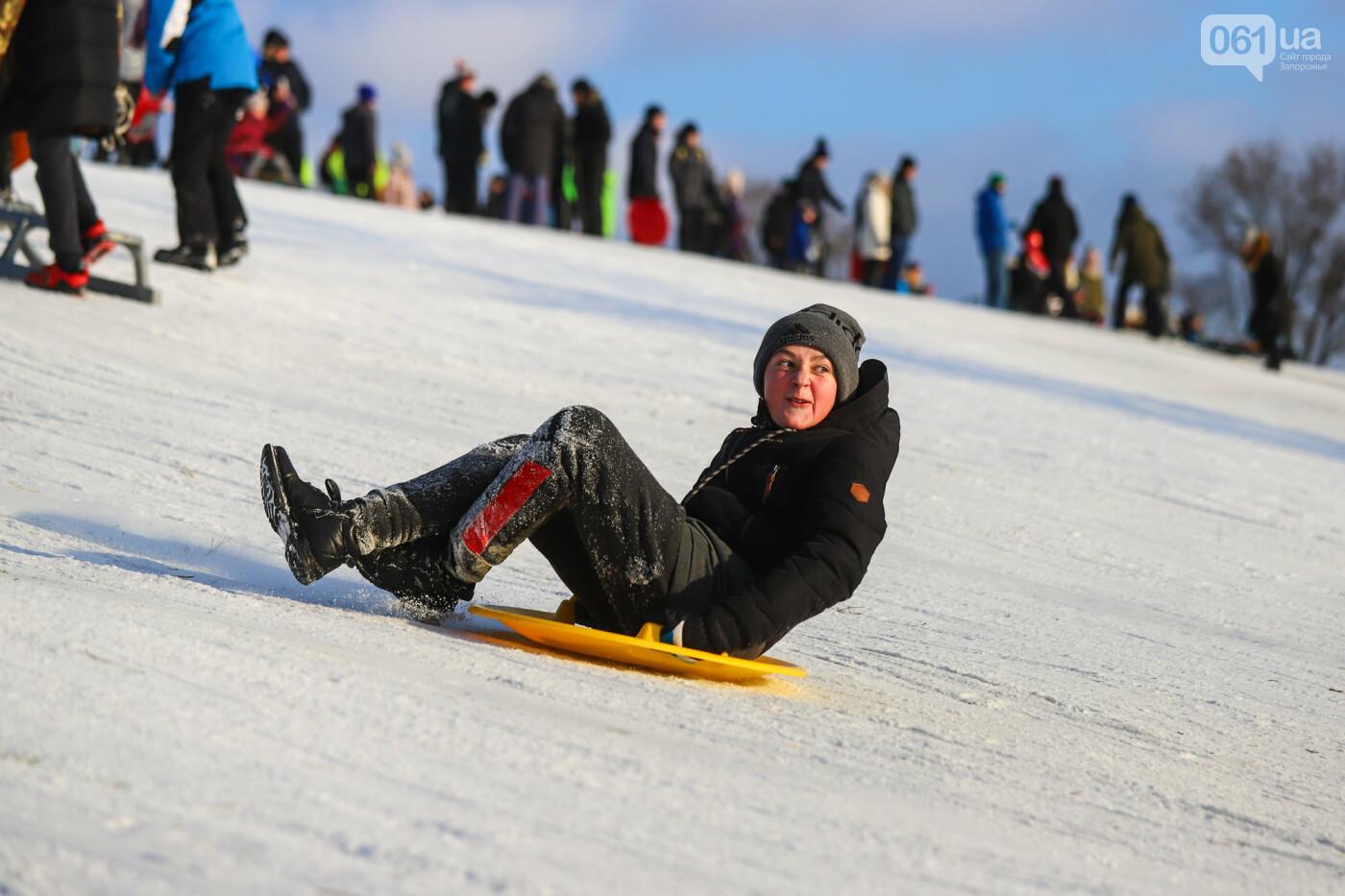 На санках, лыжах и сноуборде: запорожцы устроили массовое катание с горок в Вознесеновском парке, - ФОТОРЕПОРТАЖ, фото-51