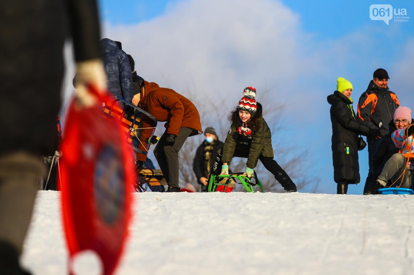 На санках, лыжах и сноуборде: запорожцы устроили массовое катание с горок в Вознесеновском парке, - ФОТОРЕПОРТАЖ, фото-52