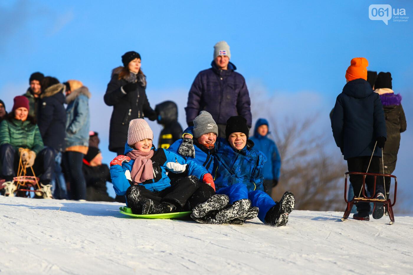 На санках, лыжах и сноуборде: запорожцы устроили массовое катание с горок в Вознесеновском парке, - ФОТОРЕПОРТАЖ, фото-53
