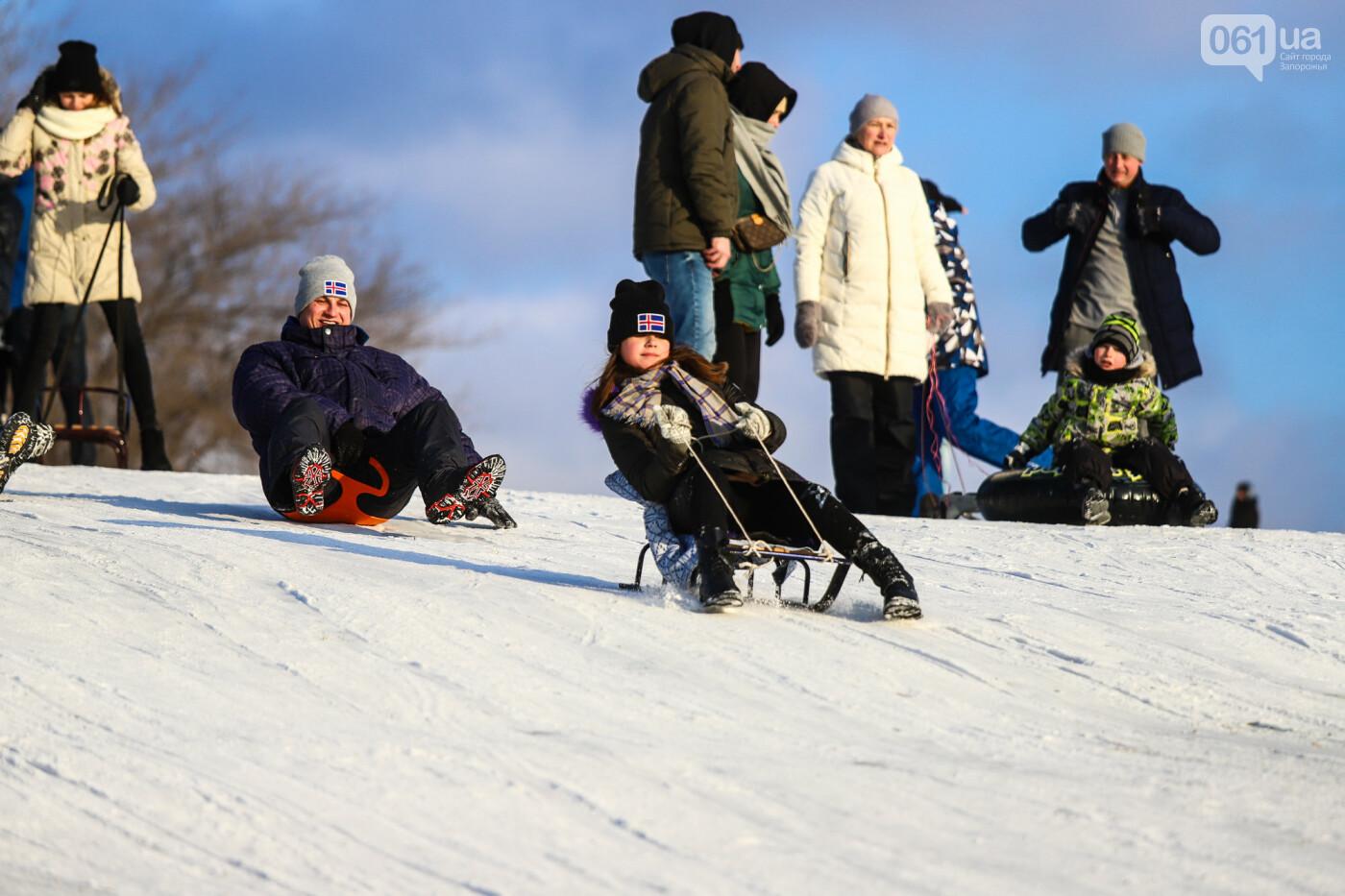На санках, лыжах и сноуборде: запорожцы устроили массовое катание с горок в Вознесеновском парке, - ФОТОРЕПОРТАЖ, фото-54