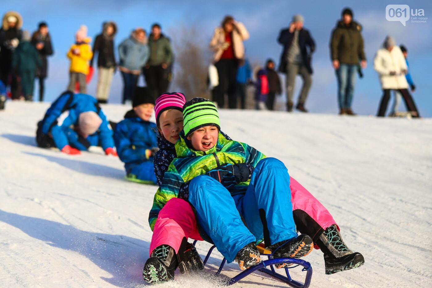 На санках, лыжах и сноуборде: запорожцы устроили массовое катание с горок в Вознесеновском парке, - ФОТОРЕПОРТАЖ, фото-56