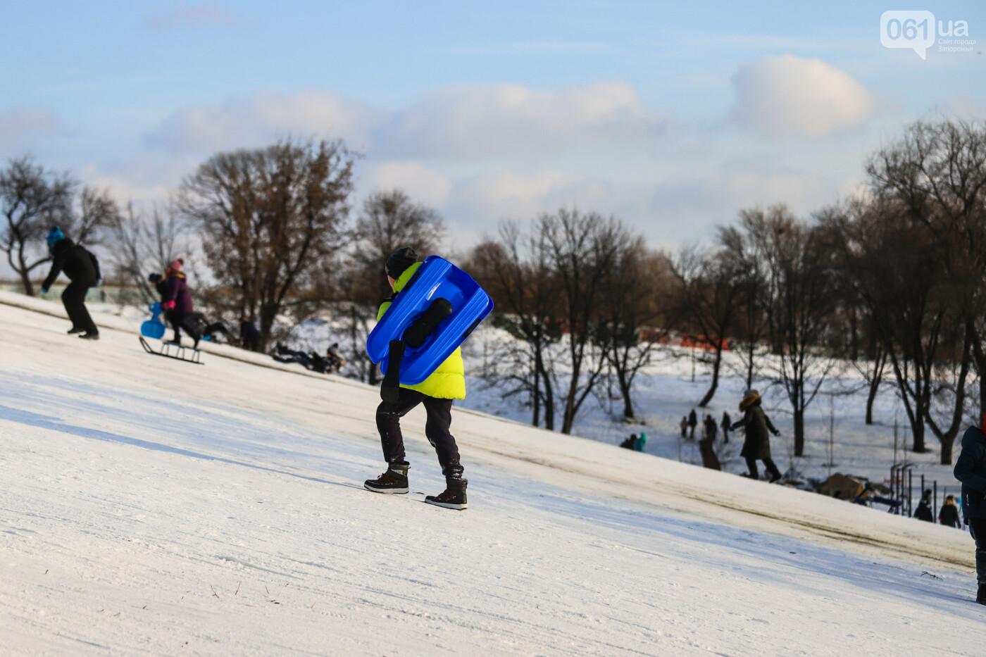 На санках, лыжах и сноуборде: запорожцы устроили массовое катание с горок в Вознесеновском парке, - ФОТОРЕПОРТАЖ, фото-57