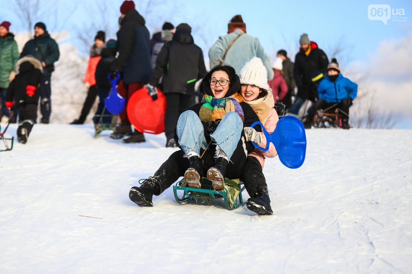 На санках, лыжах и сноуборде: запорожцы устроили массовое катание с горок в Вознесеновском парке, - ФОТОРЕПОРТАЖ, фото-58