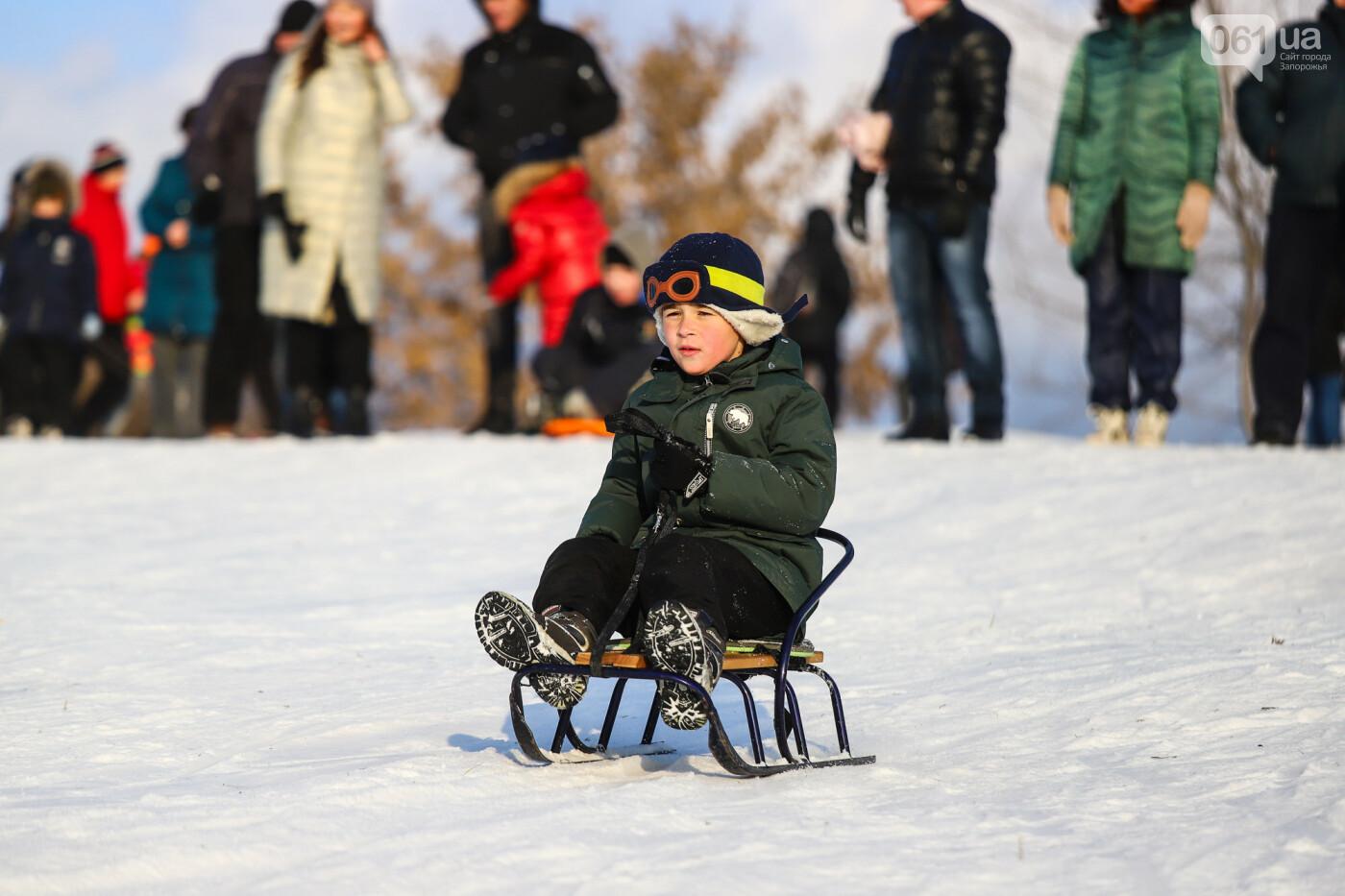 На санках, лыжах и сноуборде: запорожцы устроили массовое катание с горок в Вознесеновском парке, - ФОТОРЕПОРТАЖ, фото-59