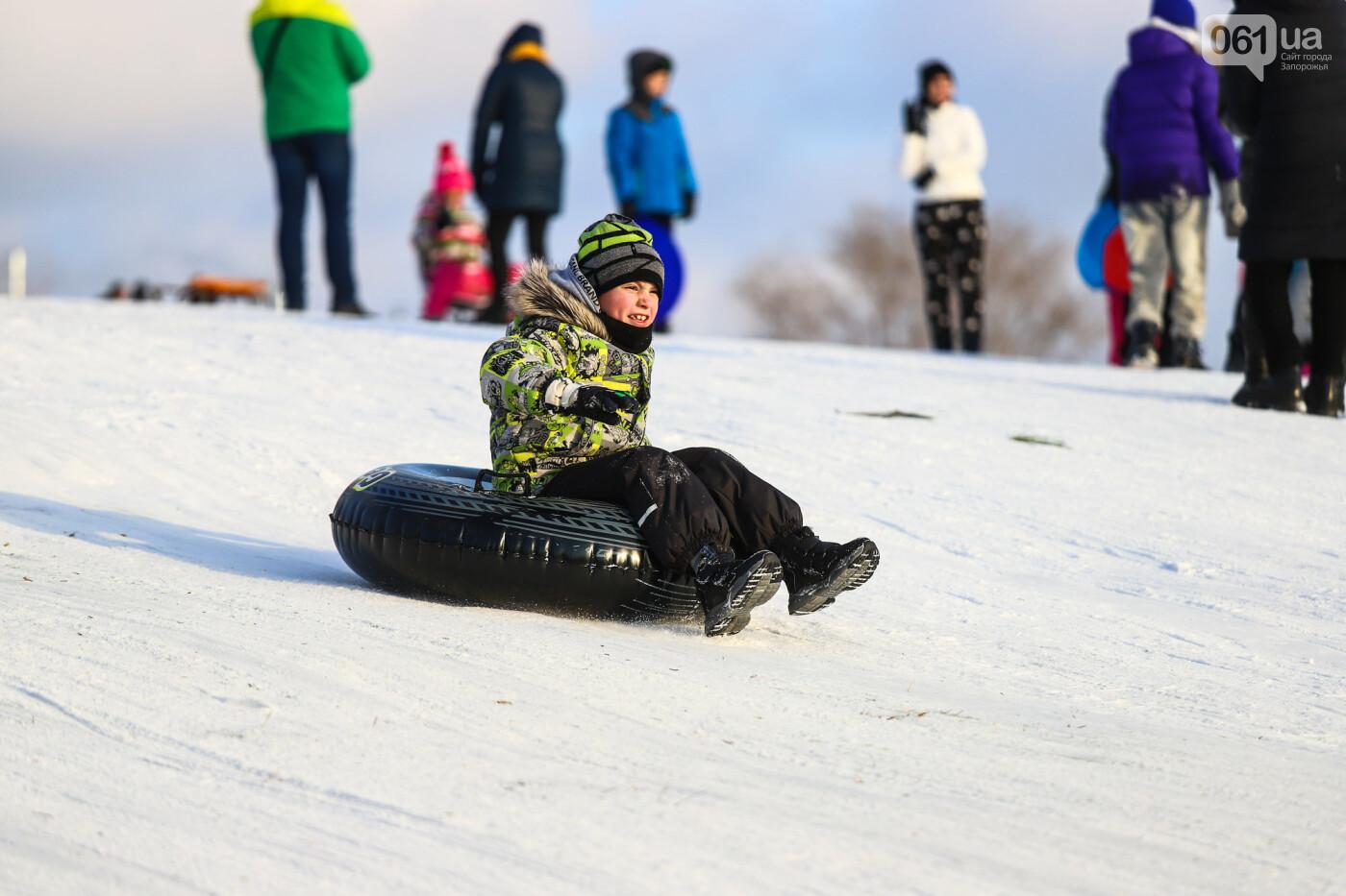 На санках, лыжах и сноуборде: запорожцы устроили массовое катание с горок в Вознесеновском парке, - ФОТОРЕПОРТАЖ, фото-30