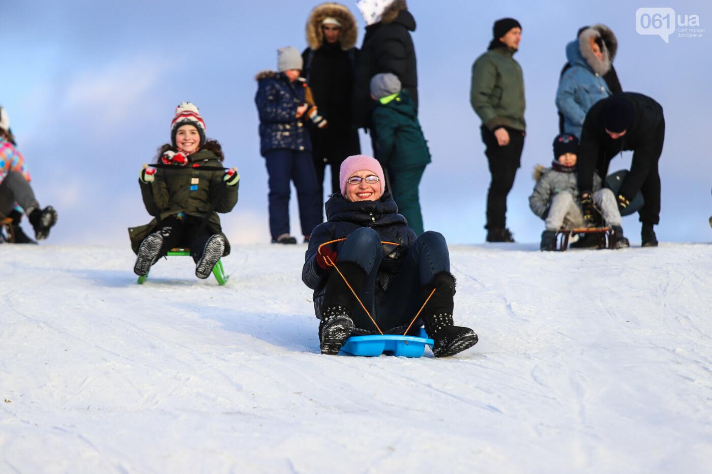 На санках, лыжах и сноуборде: запорожцы устроили массовое катание с горок в Вознесеновском парке, - ФОТОРЕПОРТАЖ, фото-60