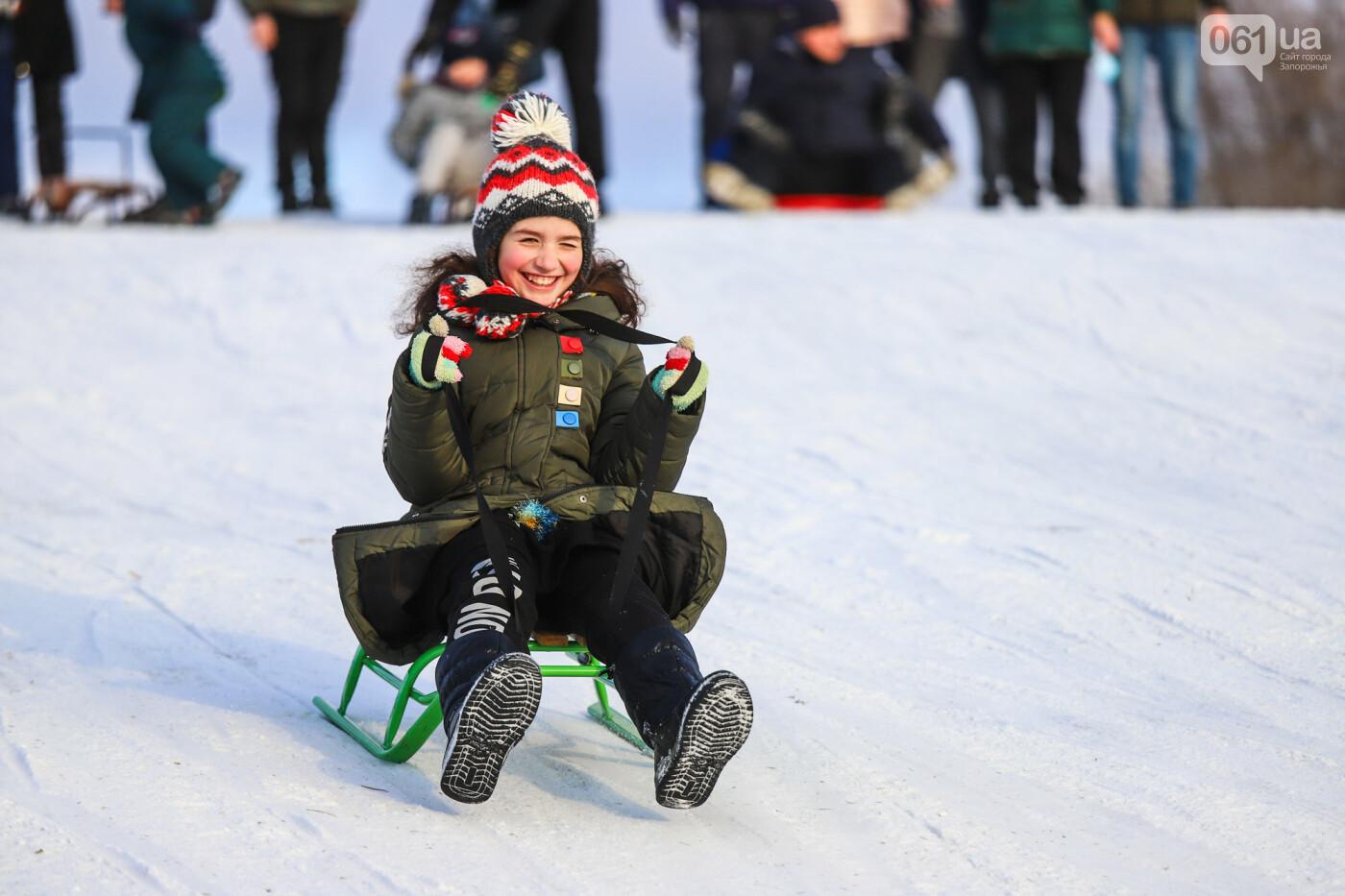 На санках, лыжах и сноуборде: запорожцы устроили массовое катание с горок в Вознесеновском парке, - ФОТОРЕПОРТАЖ, фото-61