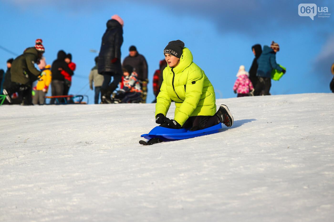 На санках, лыжах и сноуборде: запорожцы устроили массовое катание с горок в Вознесеновском парке, - ФОТОРЕПОРТАЖ, фото-63