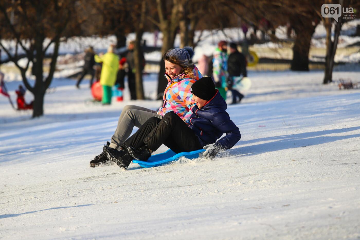 На санках, лыжах и сноуборде: запорожцы устроили массовое катание с горок в Вознесеновском парке, - ФОТОРЕПОРТАЖ, фото-64