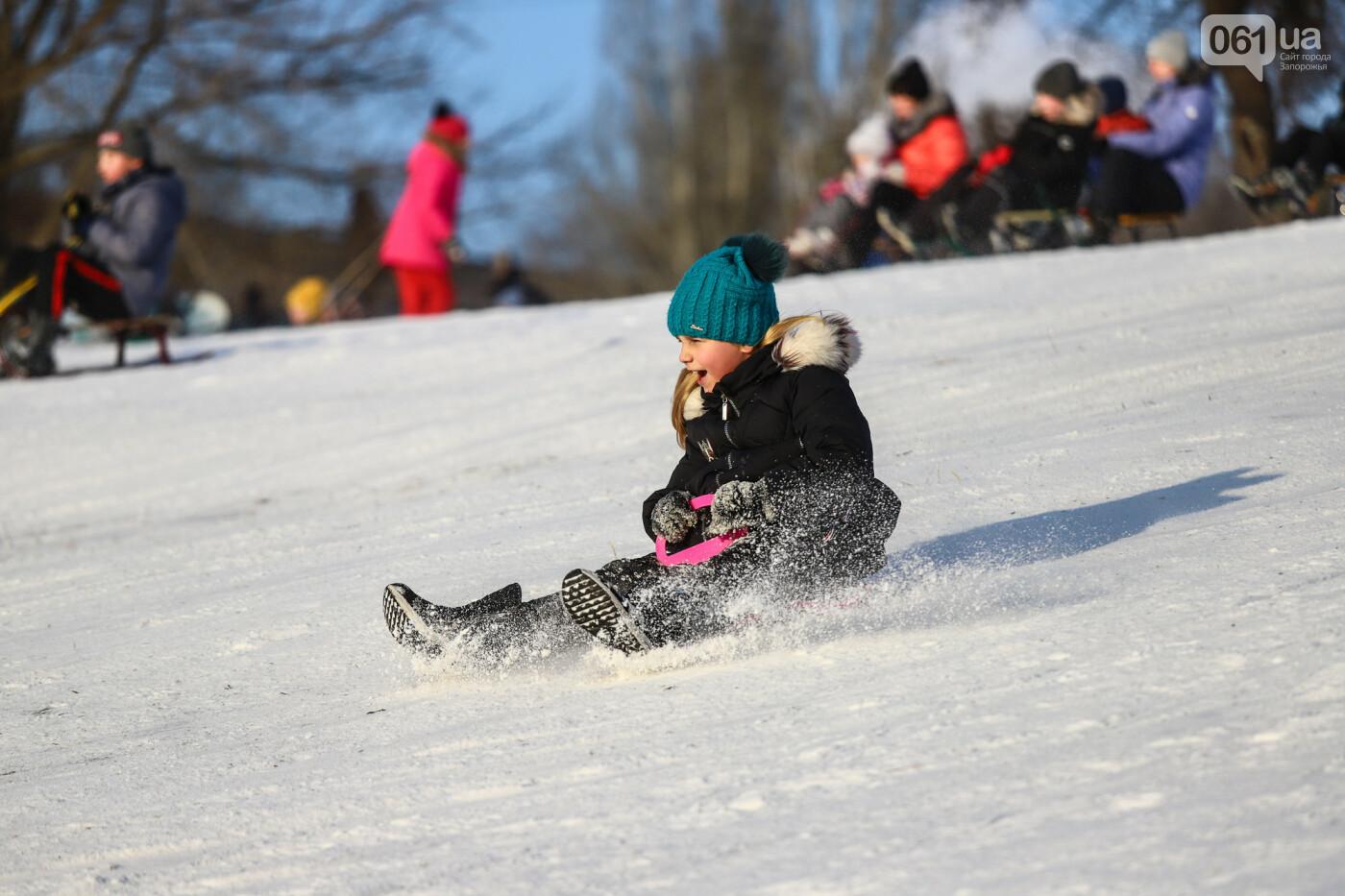 На санках, лыжах и сноуборде: запорожцы устроили массовое катание с горок в Вознесеновском парке, - ФОТОРЕПОРТАЖ, фото-65