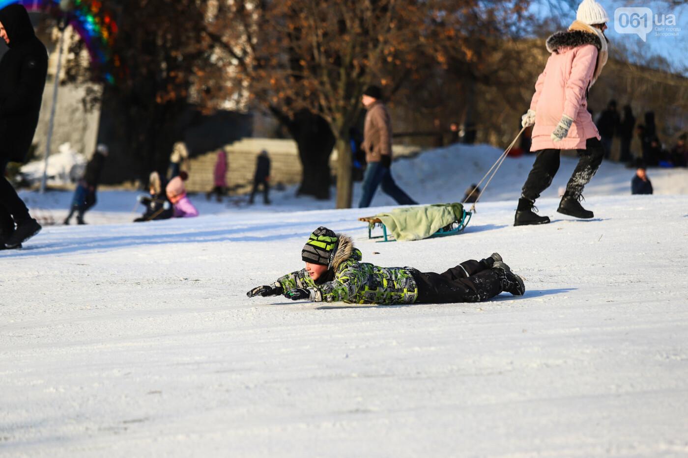 На санках, лыжах и сноуборде: запорожцы устроили массовое катание с горок в Вознесеновском парке, - ФОТОРЕПОРТАЖ, фото-66