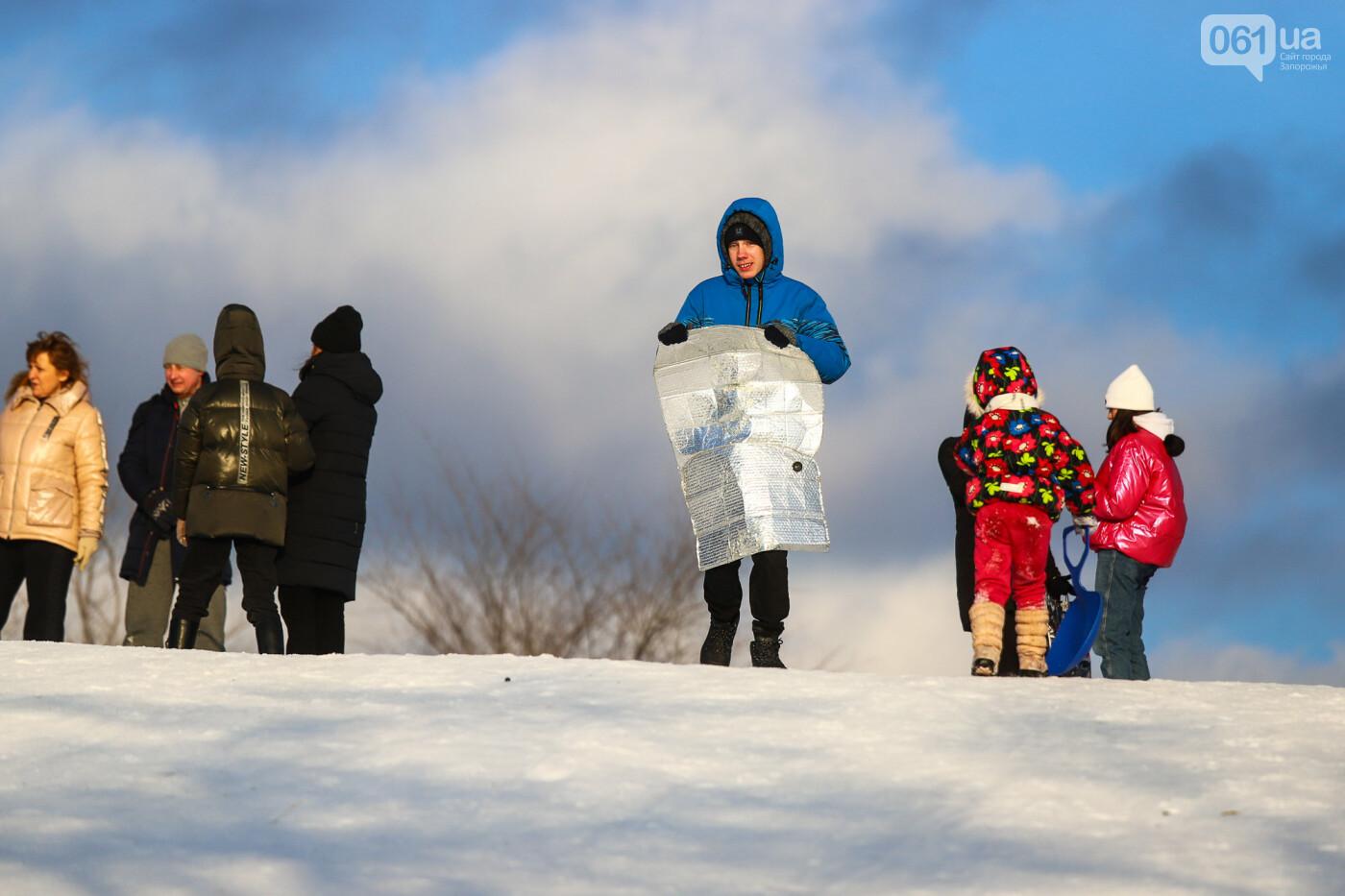 На санках, лыжах и сноуборде: запорожцы устроили массовое катание с горок в Вознесеновском парке, - ФОТОРЕПОРТАЖ, фото-67