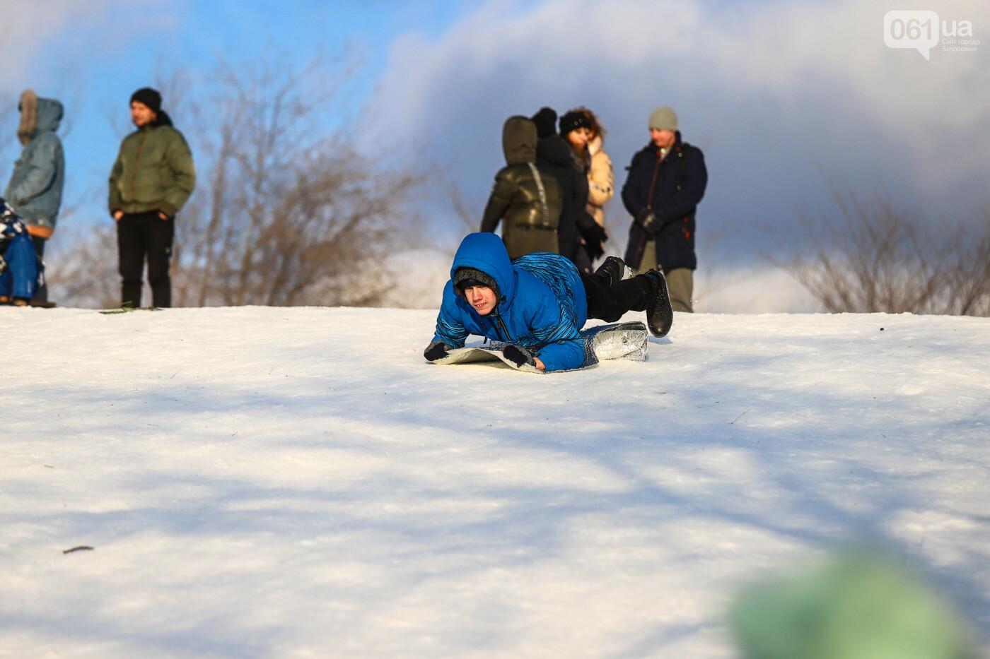 На санках, лыжах и сноуборде: запорожцы устроили массовое катание с горок в Вознесеновском парке, - ФОТОРЕПОРТАЖ, фото-68