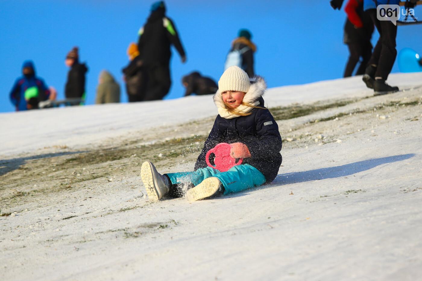 На санках, лыжах и сноуборде: запорожцы устроили массовое катание с горок в Вознесеновском парке, - ФОТОРЕПОРТАЖ, фото-69