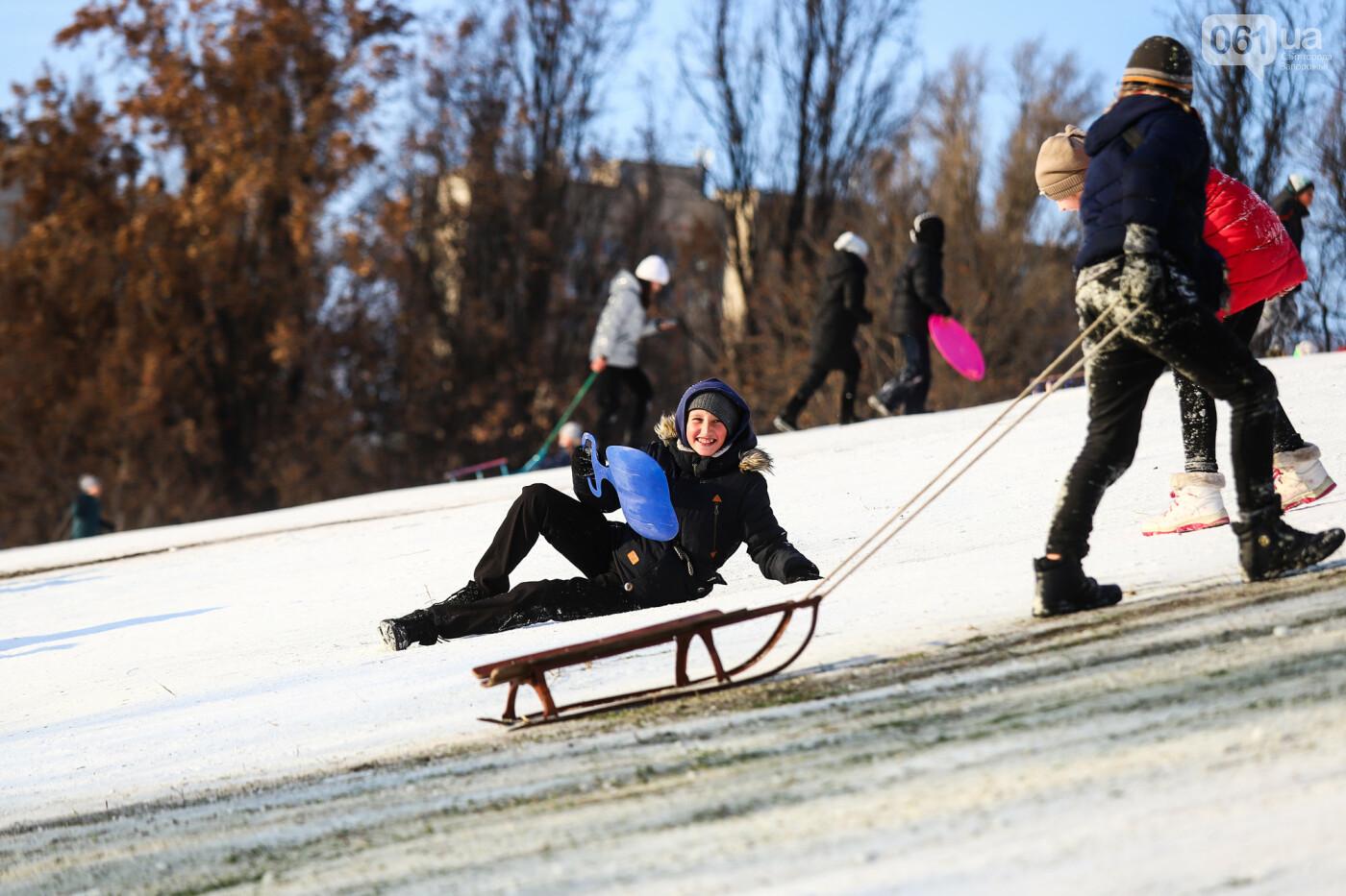 На санках, лыжах и сноуборде: запорожцы устроили массовое катание с горок в Вознесеновском парке, - ФОТОРЕПОРТАЖ, фото-70