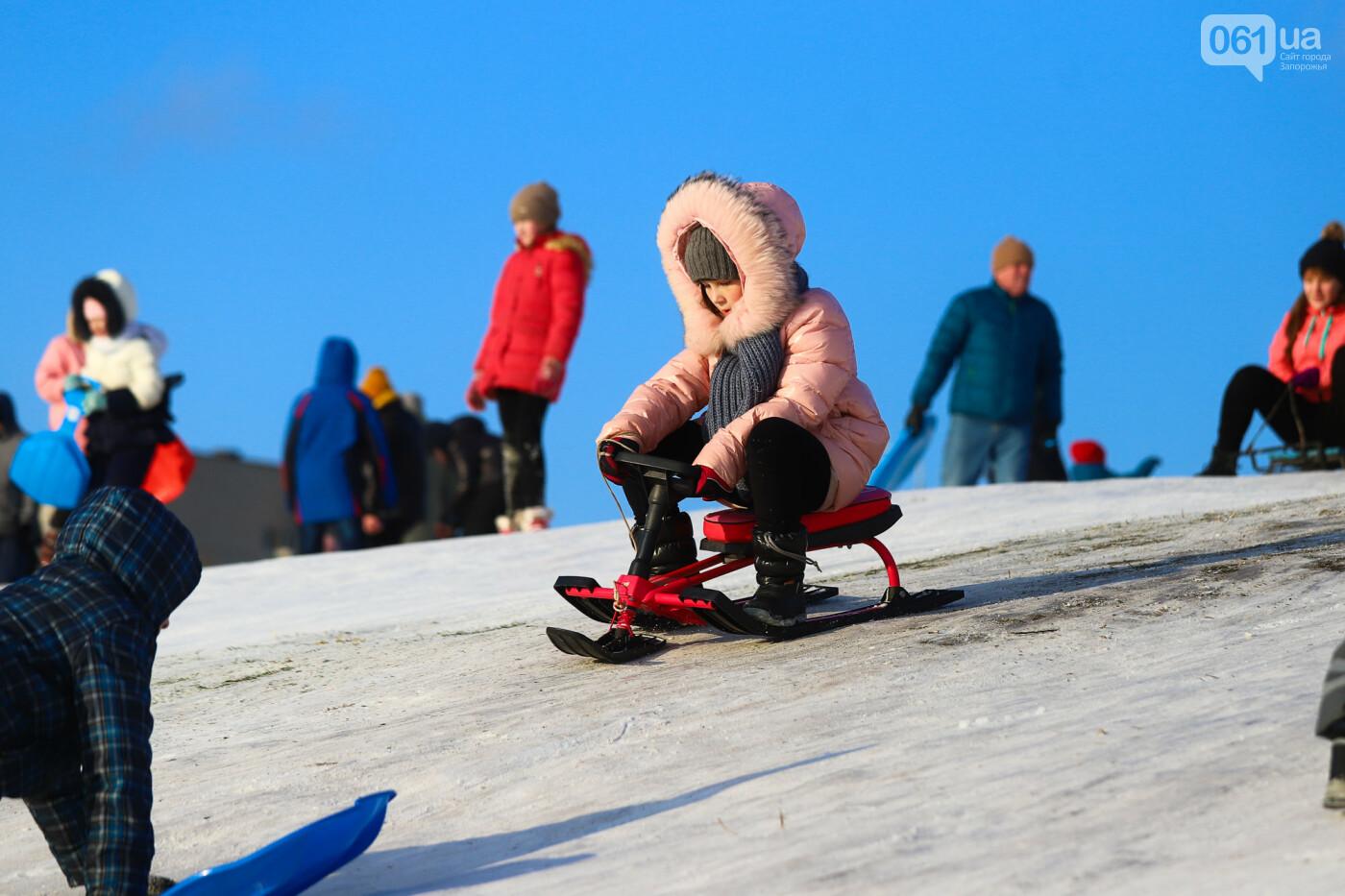 На санках, лыжах и сноуборде: запорожцы устроили массовое катание с горок в Вознесеновском парке, - ФОТОРЕПОРТАЖ, фото-13