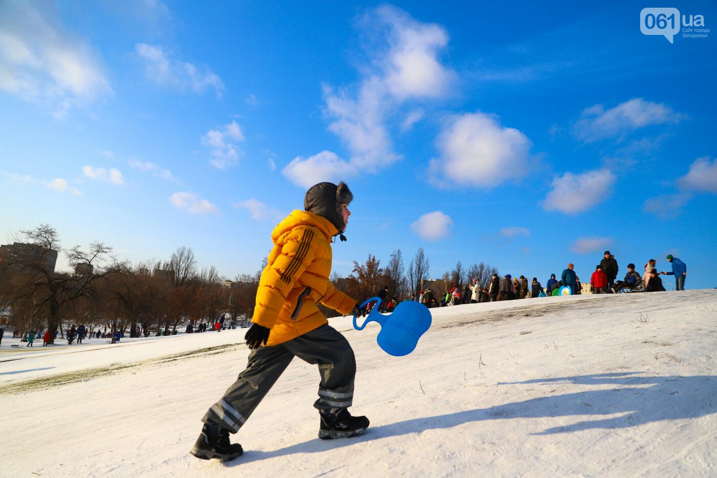 На санках, лыжах и сноуборде: запорожцы устроили массовое катание с горок в Вознесеновском парке, - ФОТОРЕПОРТАЖ, фото-14