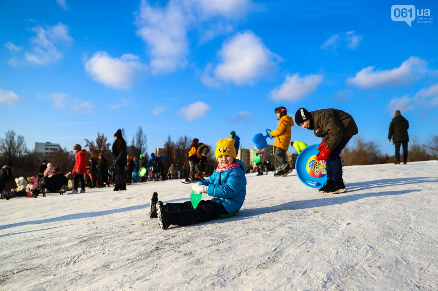 На санках, лыжах и сноуборде: запорожцы устроили массовое катание с горок в Вознесеновском парке, - ФОТОРЕПОРТАЖ, фото-15