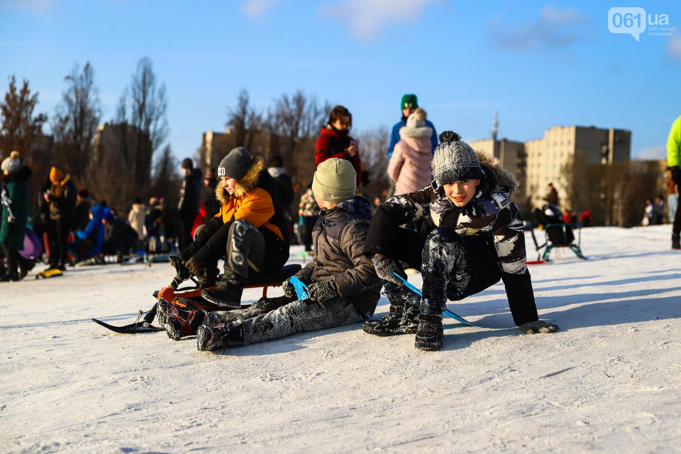 На санках, лыжах и сноуборде: запорожцы устроили массовое катание с горок в Вознесеновском парке, - ФОТОРЕПОРТАЖ, фото-16