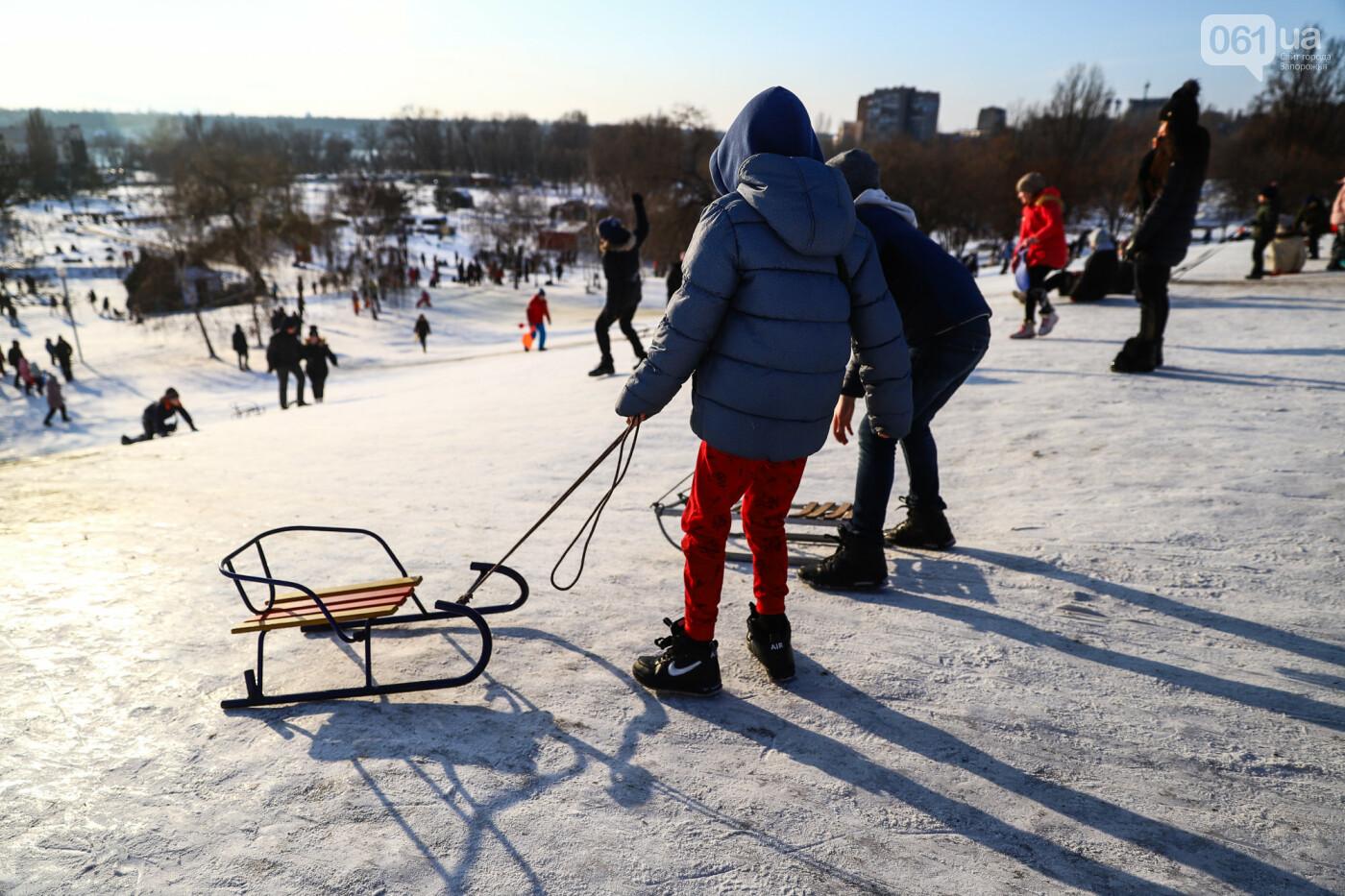 На санках, лыжах и сноуборде: запорожцы устроили массовое катание с горок в Вознесеновском парке, - ФОТОРЕПОРТАЖ, фото-17