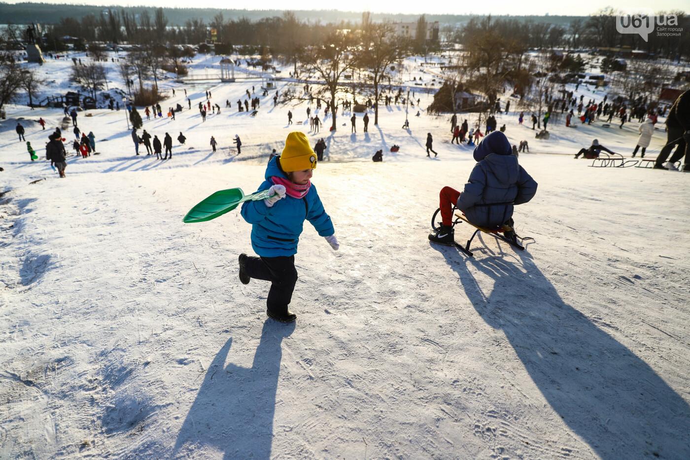 На санках, лыжах и сноуборде: запорожцы устроили массовое катание с горок в Вознесеновском парке, - ФОТОРЕПОРТАЖ, фото-19