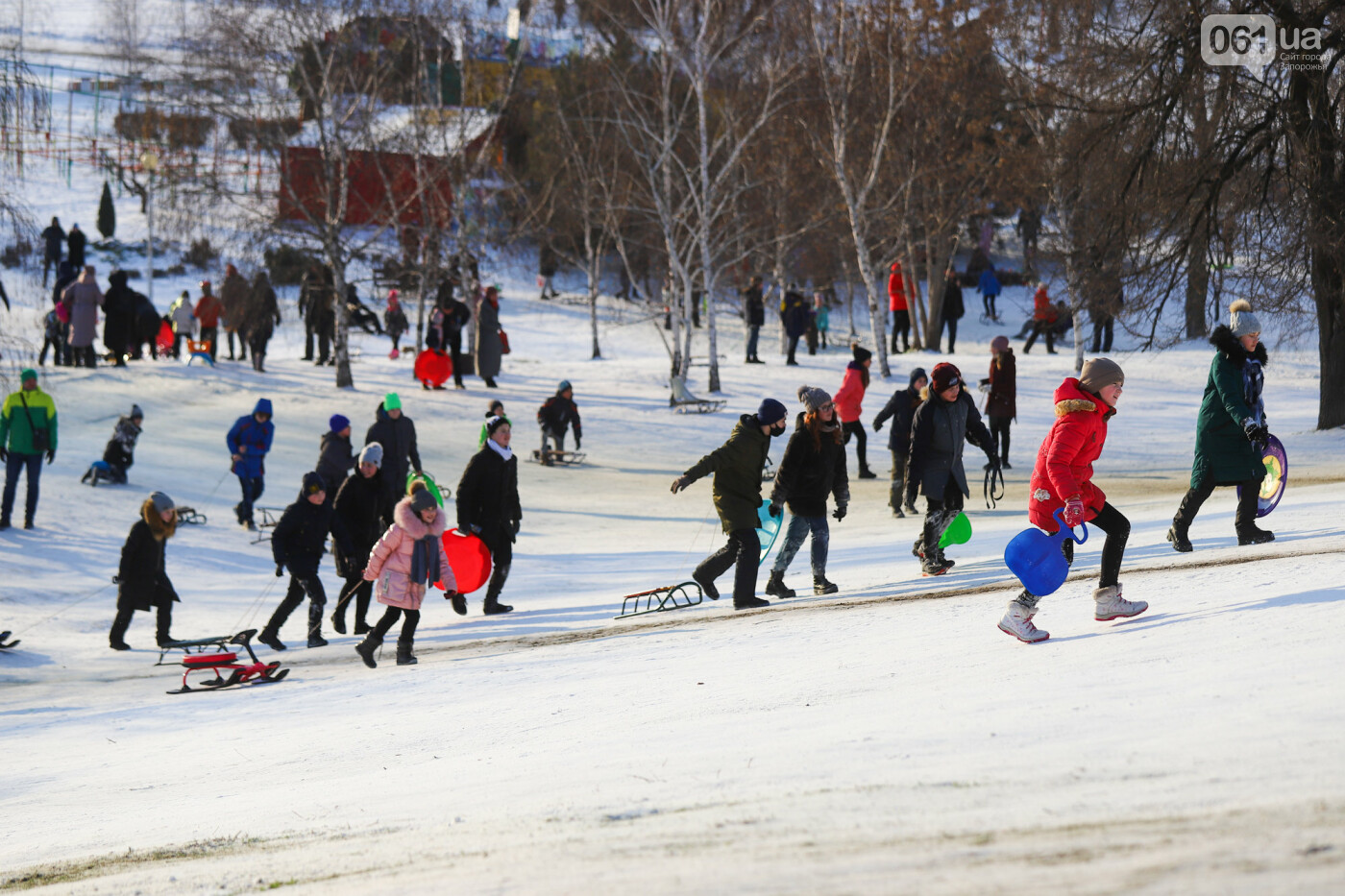 На санках, лыжах и сноуборде: запорожцы устроили массовое катание с горок в Вознесеновском парке, - ФОТОРЕПОРТАЖ, фото-71