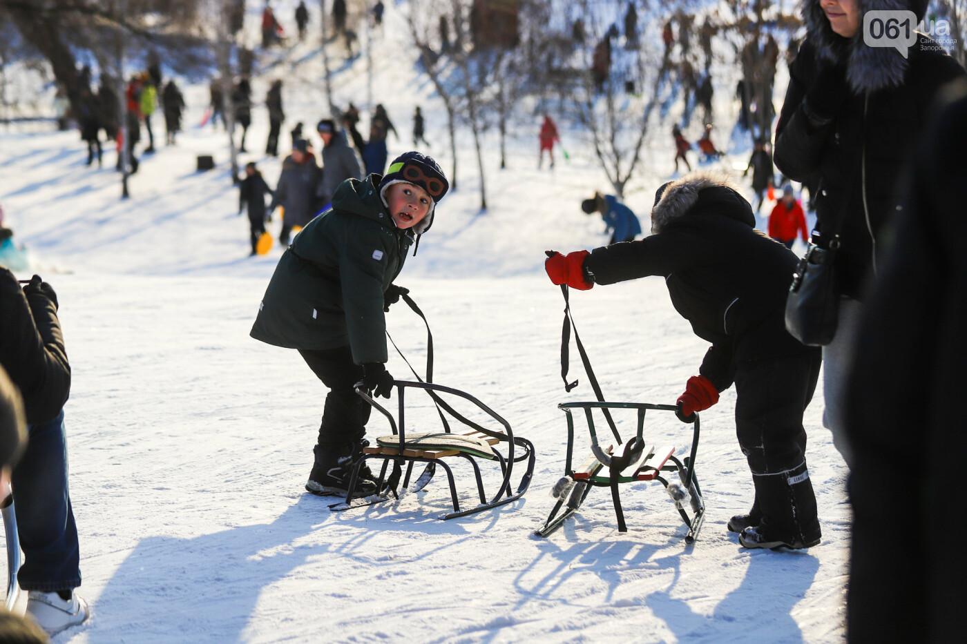 На санках, лыжах и сноуборде: запорожцы устроили массовое катание с горок в Вознесеновском парке, - ФОТОРЕПОРТАЖ, фото-72