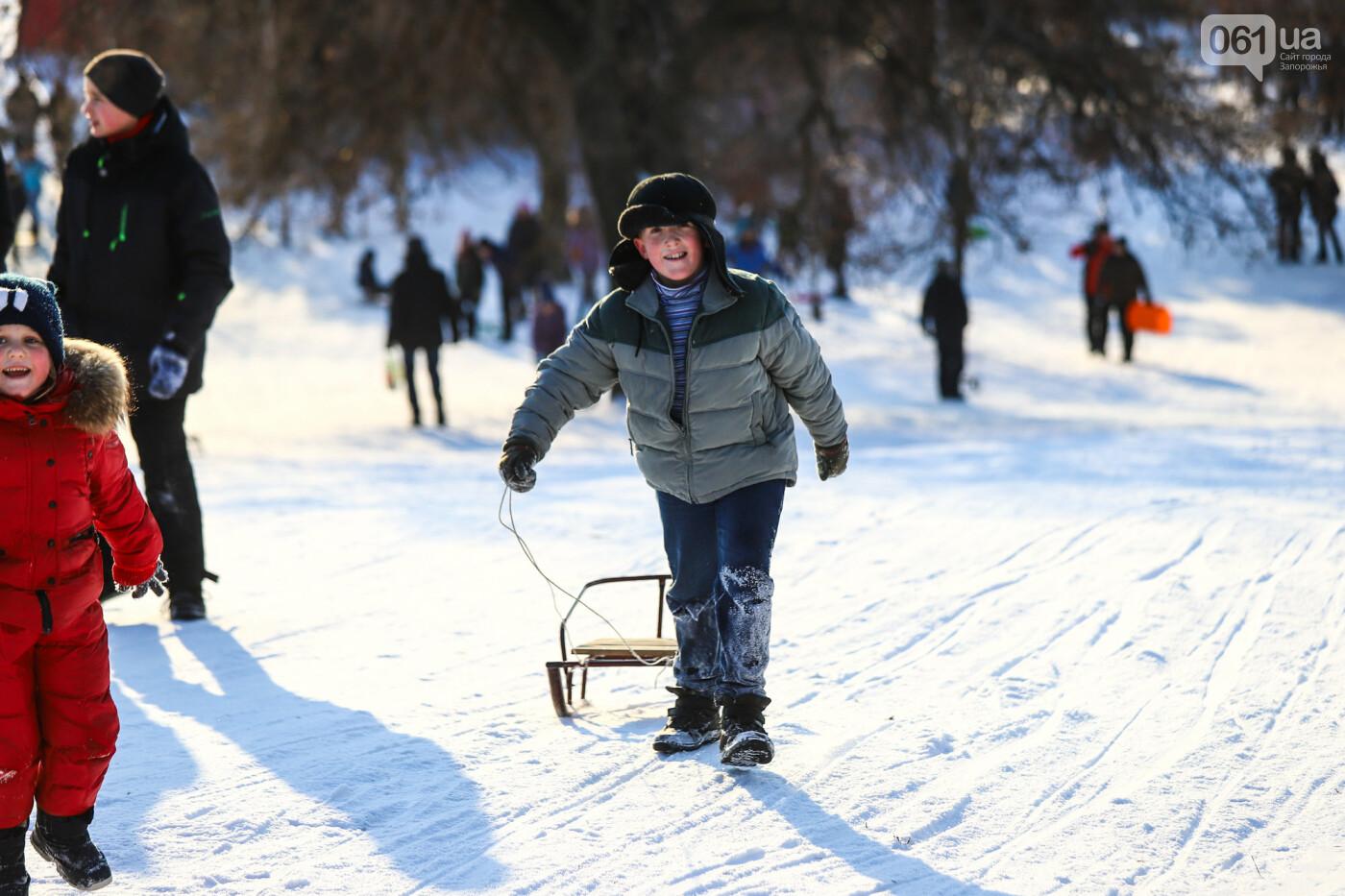 На санках, лыжах и сноуборде: запорожцы устроили массовое катание с горок в Вознесеновском парке, - ФОТОРЕПОРТАЖ, фото-75