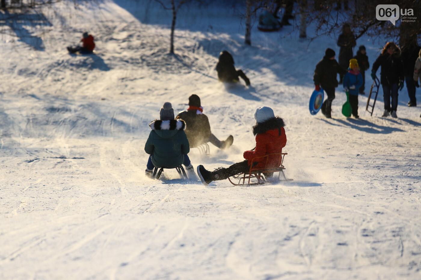 На санках, лыжах и сноуборде: запорожцы устроили массовое катание с горок в Вознесеновском парке, - ФОТОРЕПОРТАЖ, фото-43