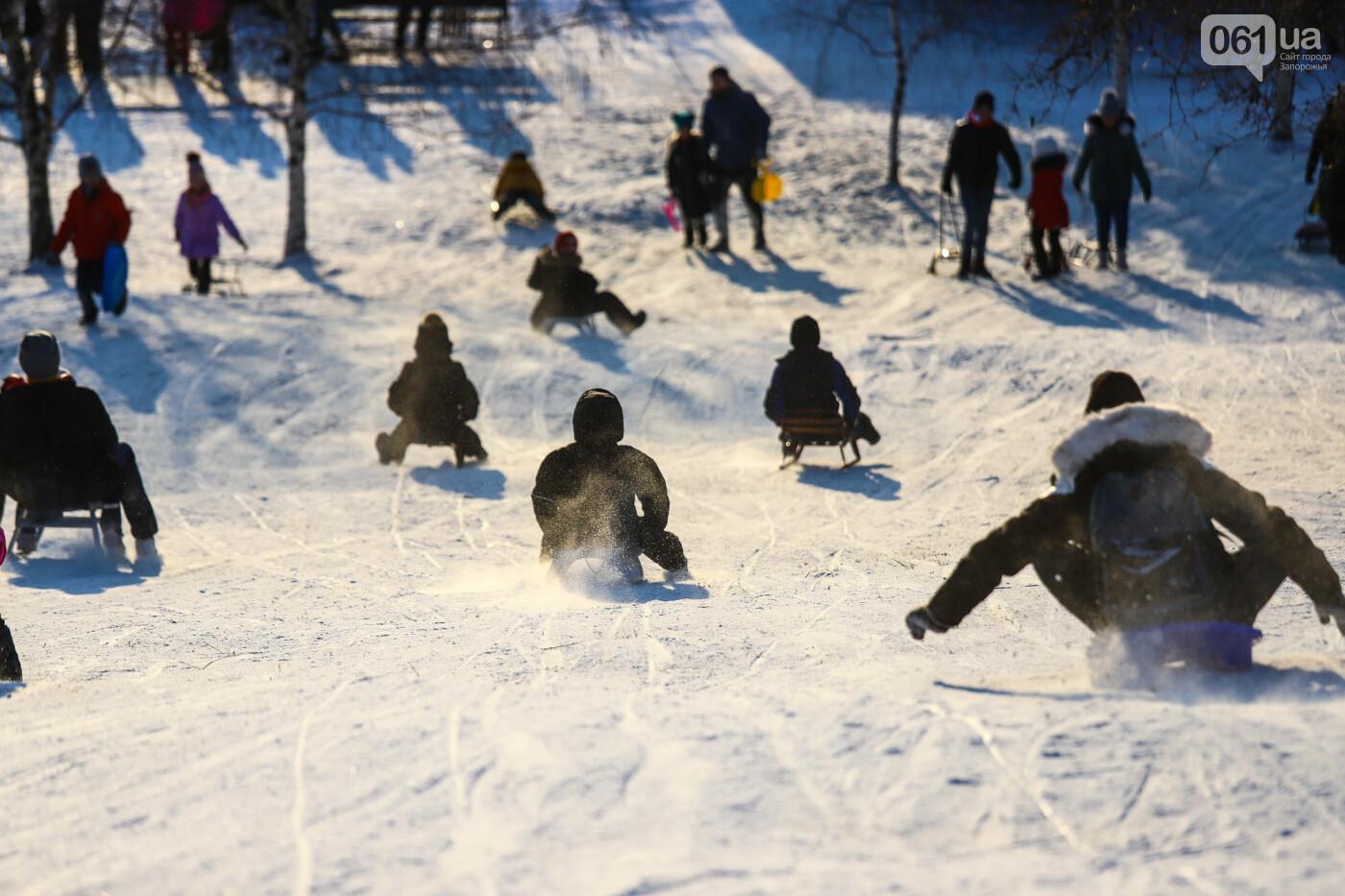 На санках, лыжах и сноуборде: запорожцы устроили массовое катание с горок в Вознесеновском парке, - ФОТОРЕПОРТАЖ, фото-44
