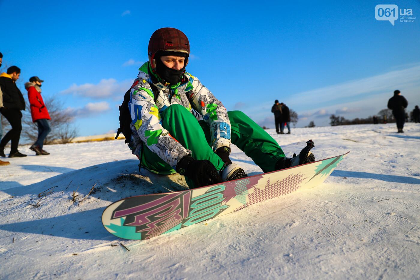 На санках, лыжах и сноуборде: запорожцы устроили массовое катание с горок в Вознесеновском парке, - ФОТОРЕПОРТАЖ, фото-26