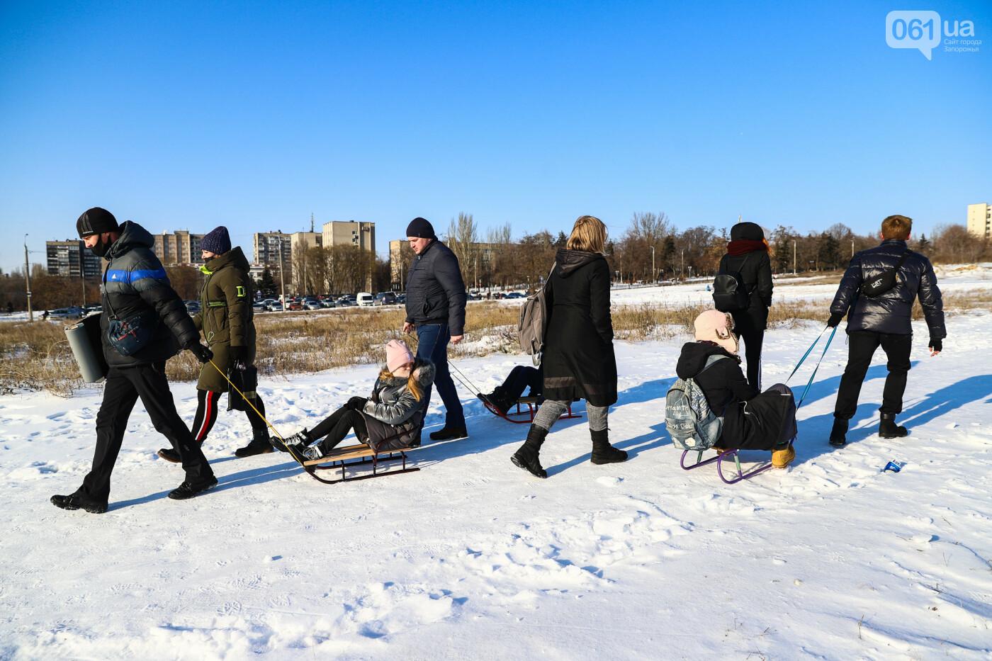 На санках, лыжах и сноуборде: запорожцы устроили массовое катание с горок в Вознесеновском парке, - ФОТОРЕПОРТАЖ, фото-3