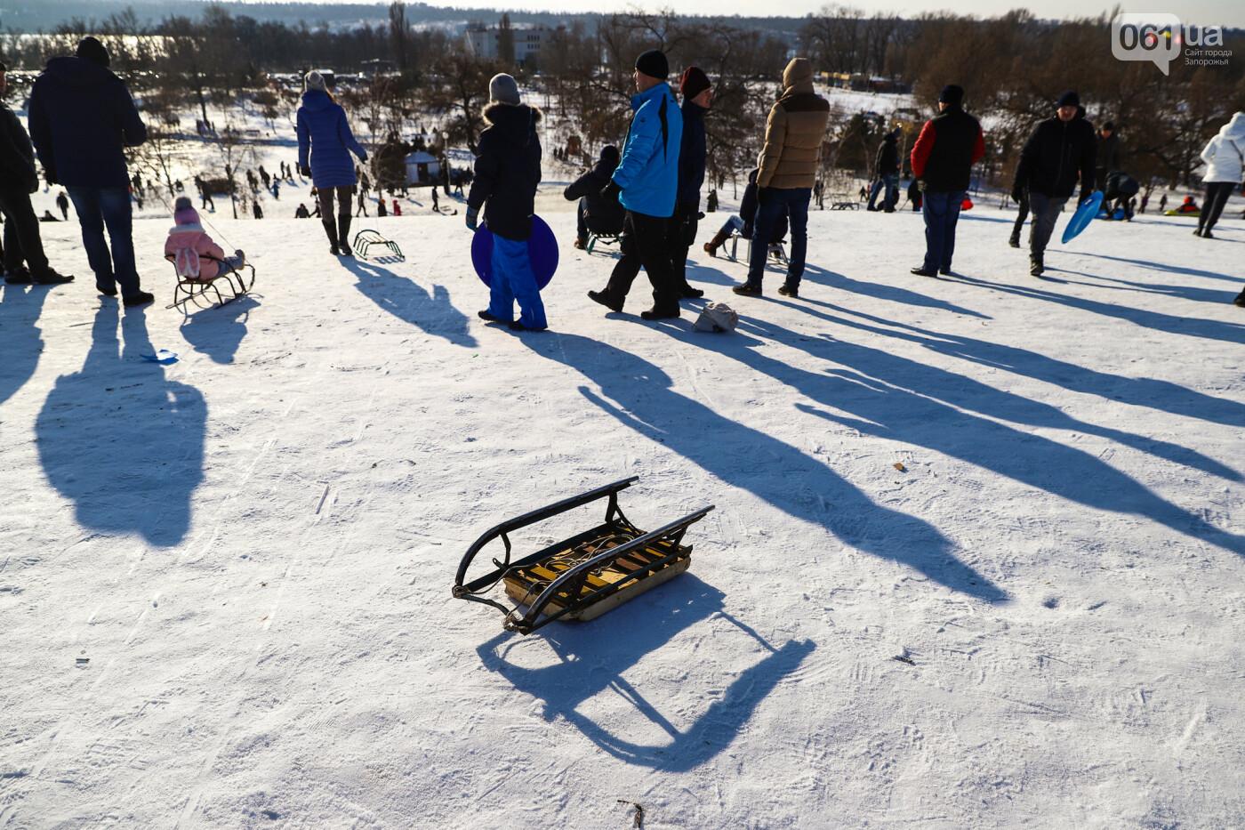 На санках, лыжах и сноуборде: запорожцы устроили массовое катание с горок в Вознесеновском парке, - ФОТОРЕПОРТАЖ, фото-4