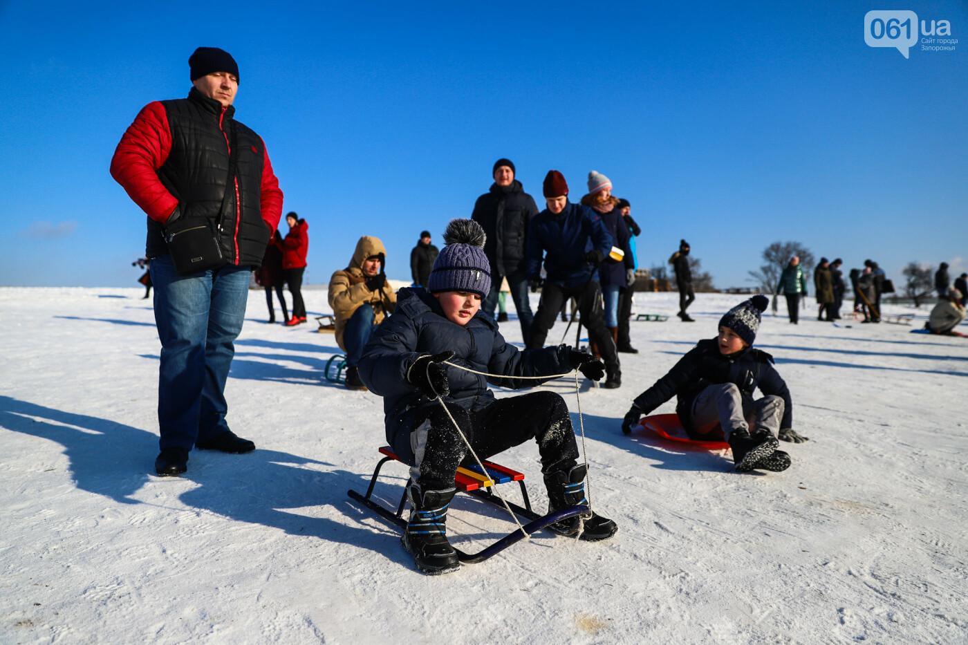 На санках, лыжах и сноуборде: запорожцы устроили массовое катание с горок в Вознесеновском парке, - ФОТОРЕПОРТАЖ, фото-5