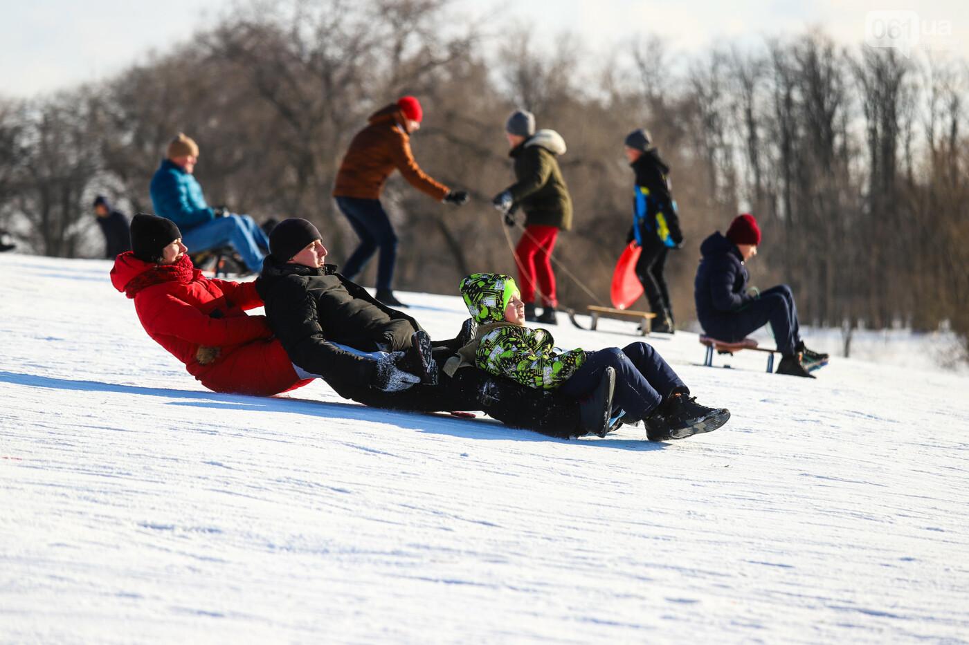 На санках, лыжах и сноуборде: запорожцы устроили массовое катание с горок в Вознесеновском парке, - ФОТОРЕПОРТАЖ, фото-6