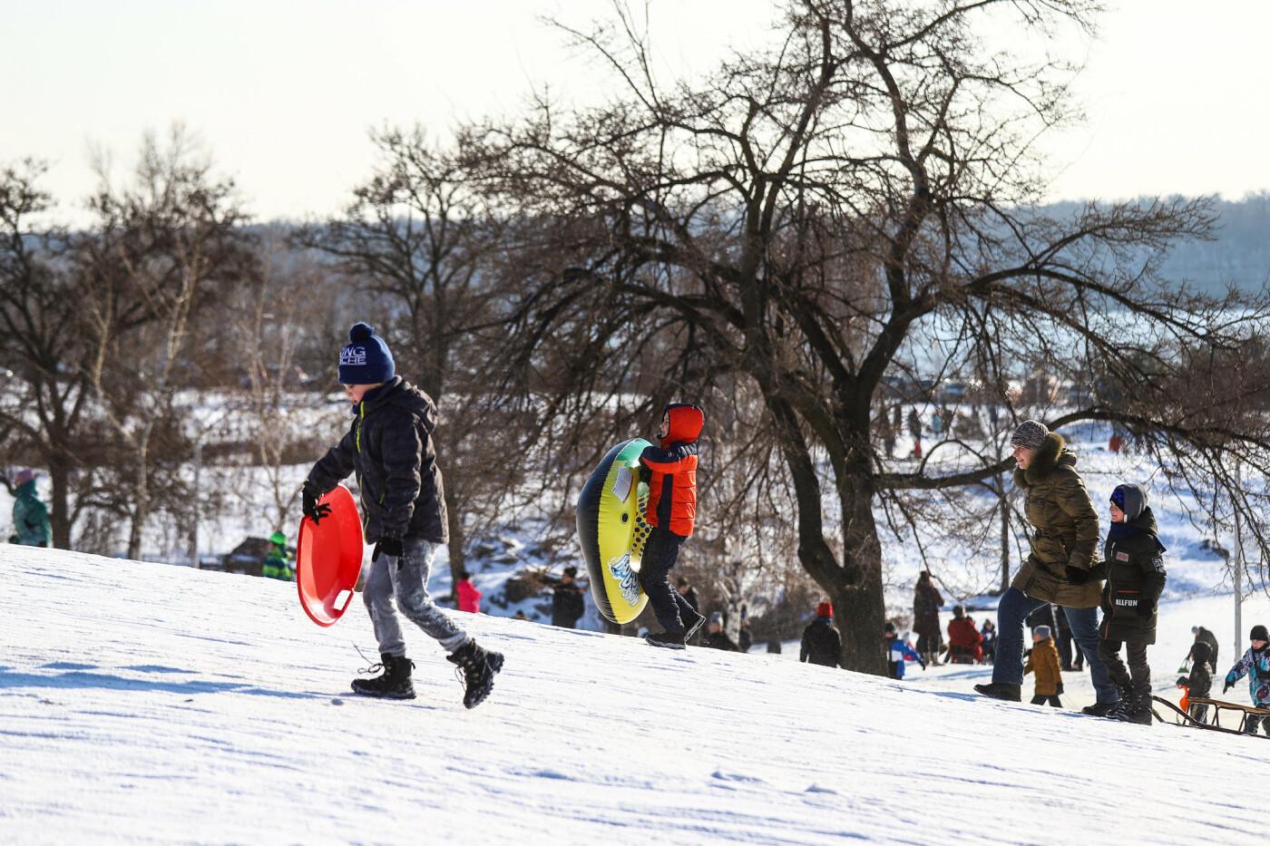 На санках, лыжах и сноуборде: запорожцы устроили массовое катание с горок в Вознесеновском парке, - ФОТОРЕПОРТАЖ, фото-7
