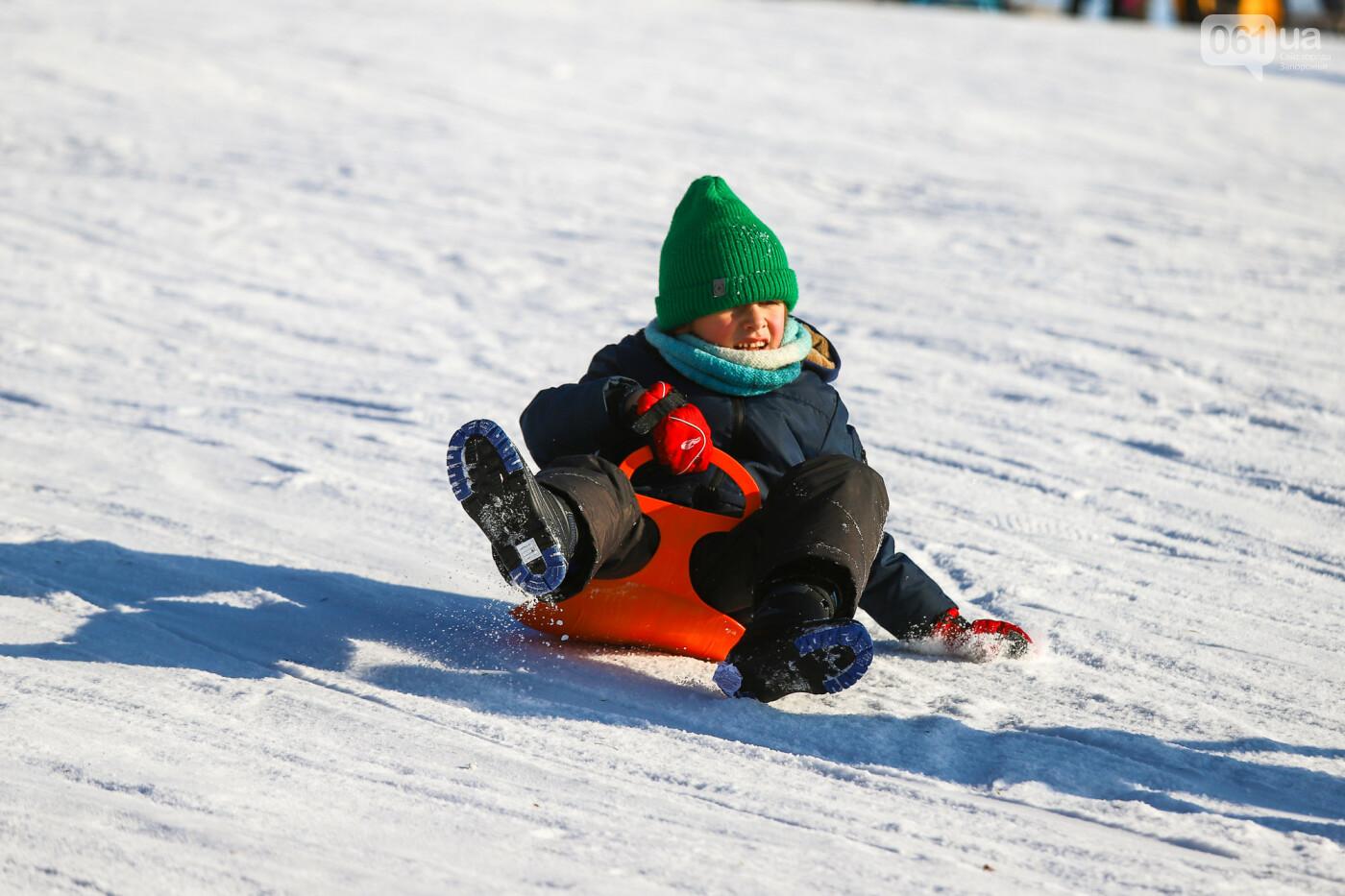На санках, лыжах и сноуборде: запорожцы устроили массовое катание с горок в Вознесеновском парке, - ФОТОРЕПОРТАЖ, фото-8