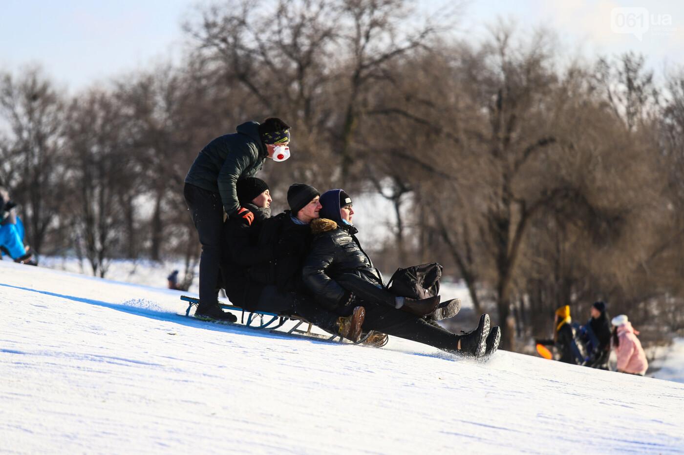 На санках, лыжах и сноуборде: запорожцы устроили массовое катание с горок в Вознесеновском парке, - ФОТОРЕПОРТАЖ, фото-76