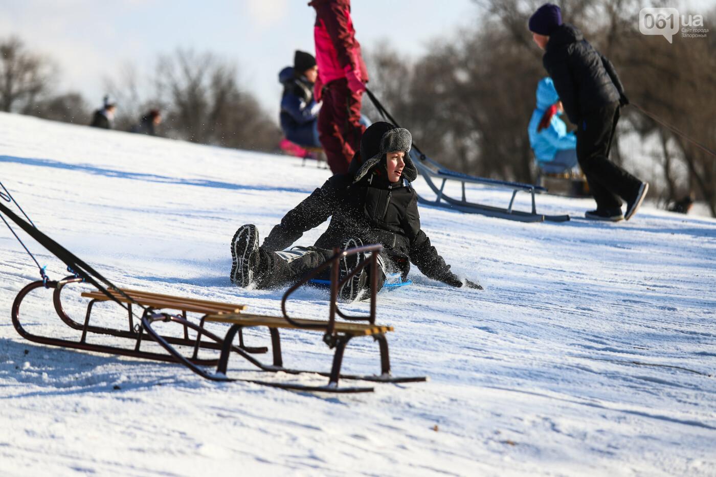 На санках, лыжах и сноуборде: запорожцы устроили массовое катание с горок в Вознесеновском парке, - ФОТОРЕПОРТАЖ, фото-78