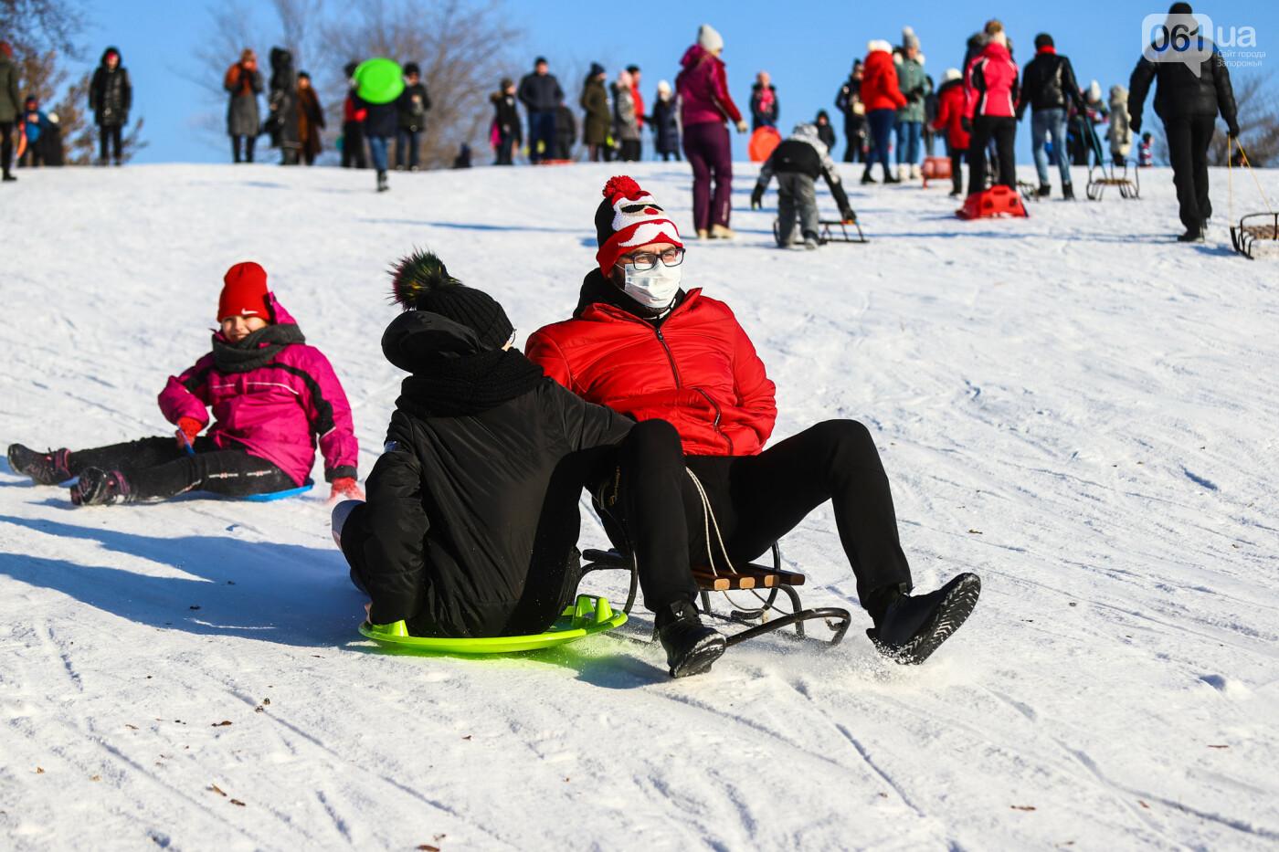 На санках, лыжах и сноуборде: запорожцы устроили массовое катание с горок в Вознесеновском парке, - ФОТОРЕПОРТАЖ, фото-79