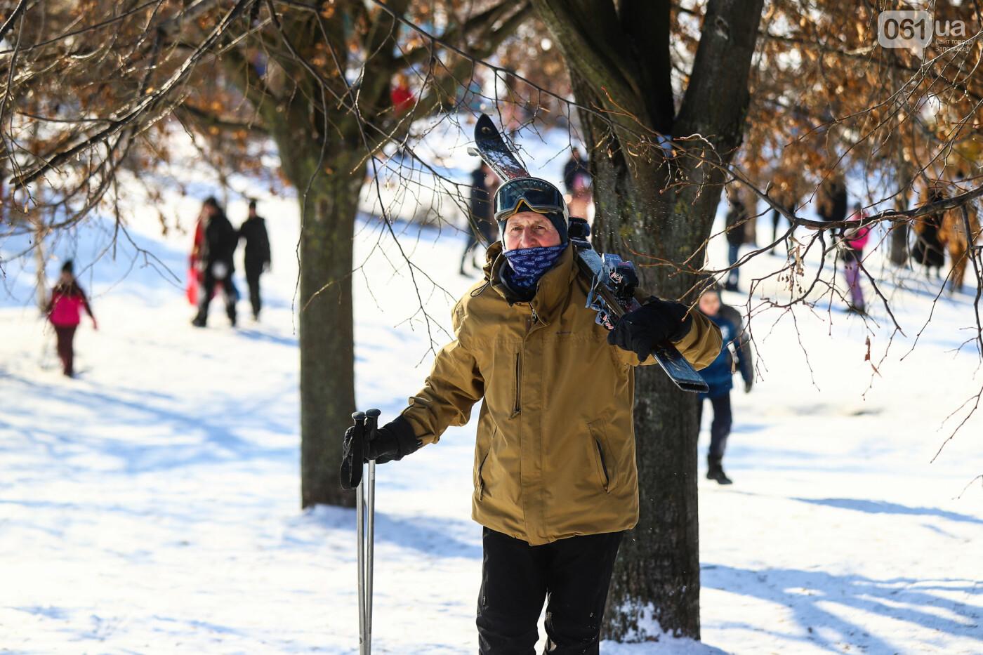 На санках, лыжах и сноуборде: запорожцы устроили массовое катание с горок в Вознесеновском парке, - ФОТОРЕПОРТАЖ, фото-9