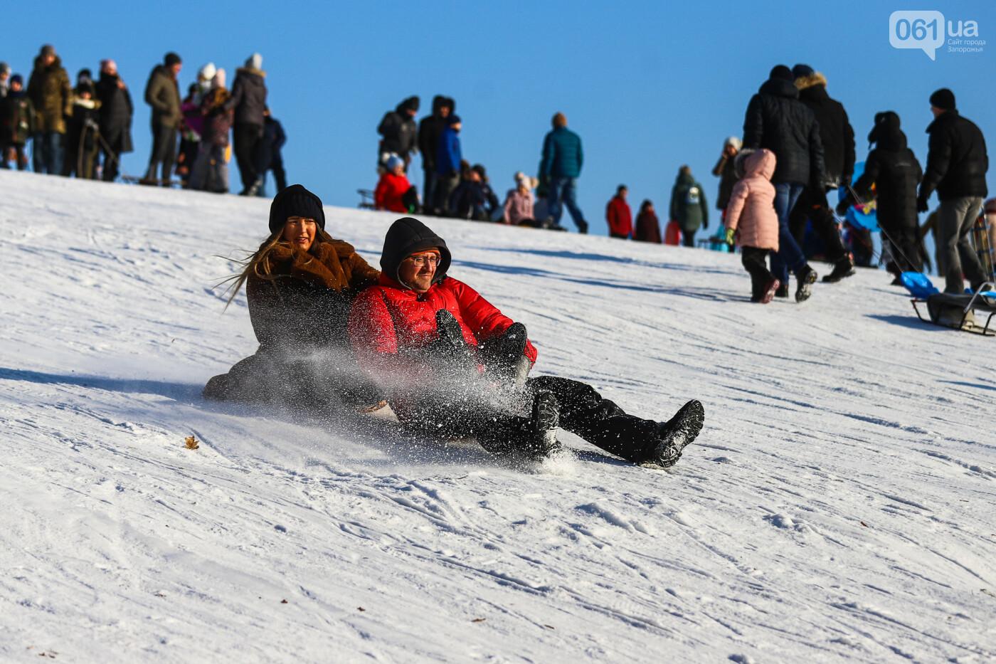 На санках, лыжах и сноуборде: запорожцы устроили массовое катание с горок в Вознесеновском парке, - ФОТОРЕПОРТАЖ, фото-80