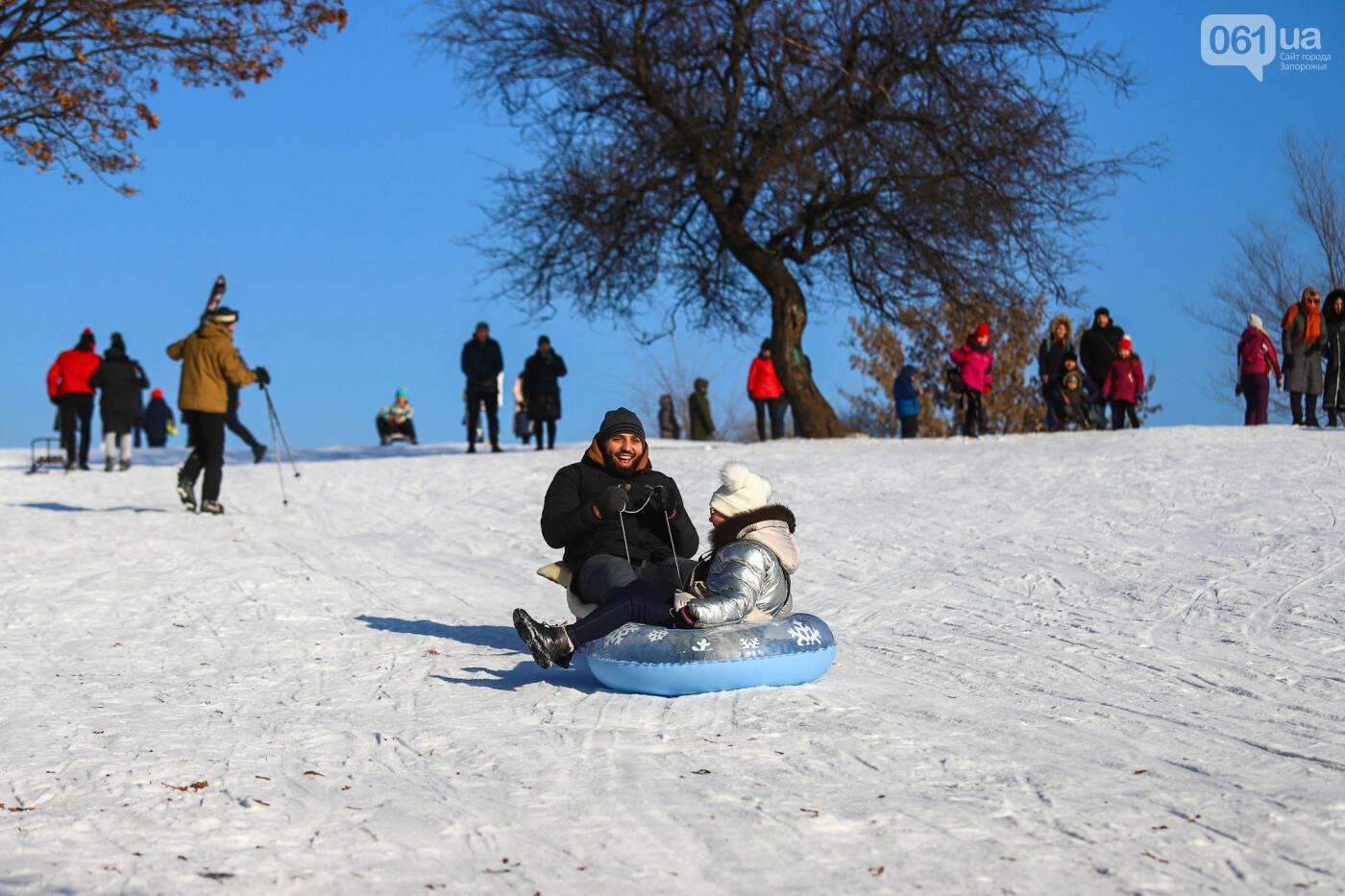 На санках, лыжах и сноуборде: запорожцы устроили массовое катание с горок в Вознесеновском парке, - ФОТОРЕПОРТАЖ, фото-81