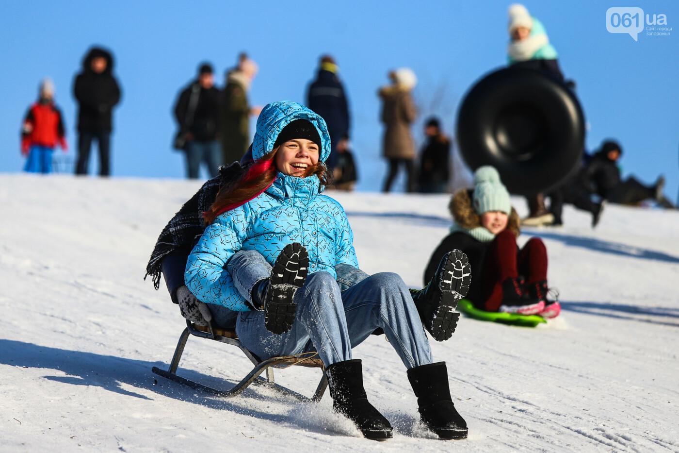 На санках, лыжах и сноуборде: запорожцы устроили массовое катание с горок в Вознесеновском парке, - ФОТОРЕПОРТАЖ, фото-82