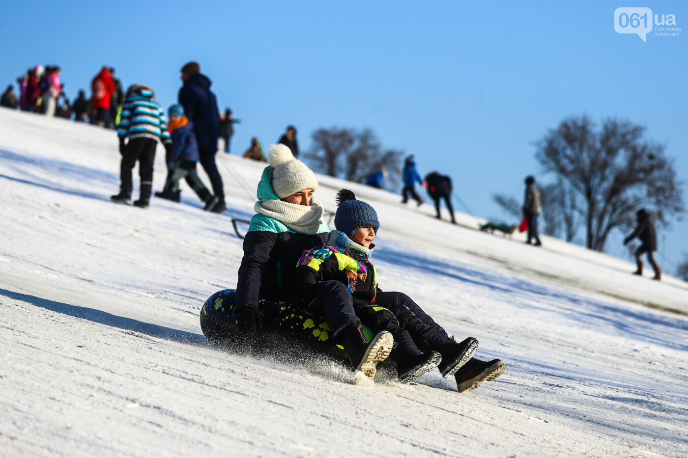 На санках, лыжах и сноуборде: запорожцы устроили массовое катание с горок в Вознесеновском парке, - ФОТОРЕПОРТАЖ, фото-83