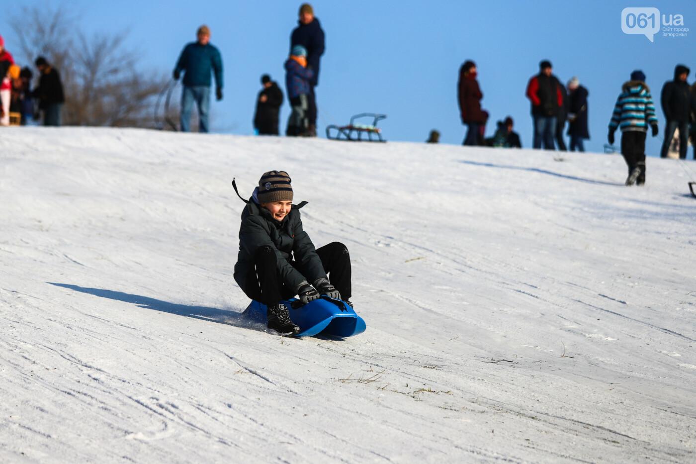 На санках, лыжах и сноуборде: запорожцы устроили массовое катание с горок в Вознесеновском парке, - ФОТОРЕПОРТАЖ, фото-84