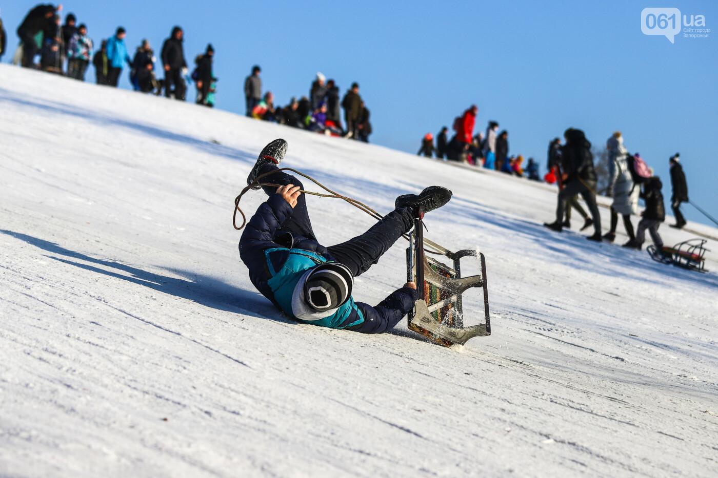 На санках, лыжах и сноуборде: запорожцы устроили массовое катание с горок в Вознесеновском парке, - ФОТОРЕПОРТАЖ, фото-85